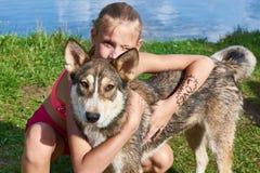 Muchacha feliz con el perro Imagen de archivo libre de regalías