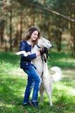 Muchacha feliz con el perro fornido Fotos de archivo libres de regalías