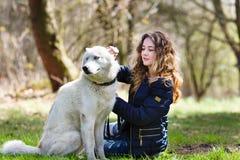 Muchacha feliz con el perro fornido Imagenes de archivo