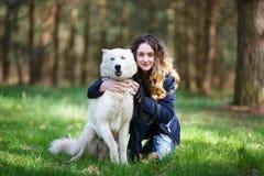 Muchacha feliz con el perro fornido Fotos de archivo