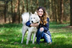 Muchacha feliz con el perro fornido Fotografía de archivo