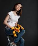 Muchacha feliz con el ramo Fotos de archivo libres de regalías
