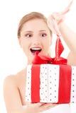 Muchacha feliz con el rectángulo de regalo Imagen de archivo libre de regalías