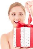 Muchacha feliz con el rectángulo de regalo Imagen de archivo
