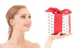 Muchacha feliz con el rectángulo de regalo Foto de archivo