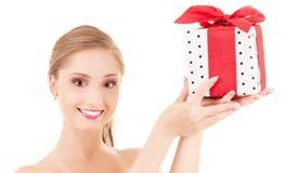 Muchacha feliz con el rectángulo de regalo Imágenes de archivo libres de regalías