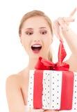 Muchacha feliz con el rectángulo de regalo Fotografía de archivo