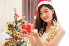 Muchacha feliz con el regalo de la Navidad Fotos de archivo