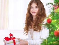 Muchacha feliz con el regalo de la Navidad Imagen de archivo libre de regalías