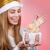Muchacha feliz con el regalo de la Navidad Imágenes de archivo libres de regalías