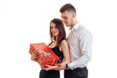 Muchacha feliz con el regalo del individuo de los abrazos Imagen de archivo libre de regalías