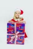 Muchacha feliz con el regalo grande del Año Nuevo Foto de archivo