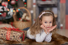 Muchacha feliz con el regalo Navidad Imagen de archivo