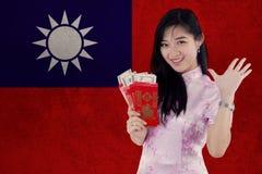 Muchacha feliz con el sobre y la bandera de Taiwán Imagen de archivo libre de regalías