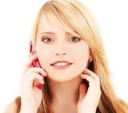 Muchacha feliz con el teléfono rosado Imagen de archivo