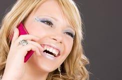 Muchacha feliz con el teléfono rosado Fotos de archivo