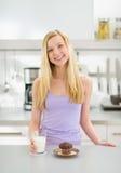 Muchacha feliz con el vidrio del mollete de la leche y del chocolate Fotos de archivo