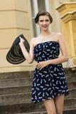 Muchacha feliz con estilo de la moda del verano Fotos de archivo
