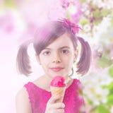 Muchacha feliz con helado imagen de archivo