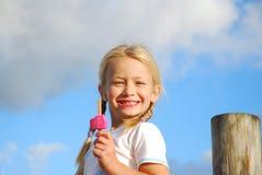 Muchacha feliz con helado Foto de archivo