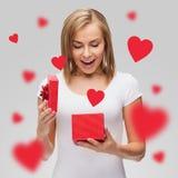 Muchacha feliz con la caja de regalo Imágenes de archivo libres de regalías