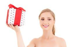 Muchacha feliz con la caja de regalo Fotografía de archivo