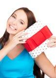 Muchacha feliz con la caja de regalo Fotografía de archivo libre de regalías