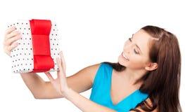 Muchacha feliz con la caja de regalo Imagen de archivo