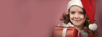 Muchacha feliz con la caja de regalo roja fotos de archivo