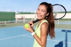 Muchacha feliz con la estafa y bola en campo de tenis Fotos de archivo libres de regalías