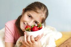 Muchacha feliz con la fresa Foto de archivo