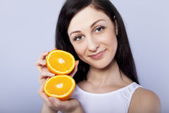 muchacha feliz con la naranja en sus manos Imagenes de archivo
