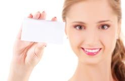 Muchacha feliz con la tarjeta de visita Foto de archivo libre de regalías