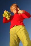 Muchacha feliz con la uva afuera fotos de archivo