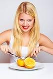 Muchacha feliz con labios rojos y una naranja Foto de archivo libre de regalías