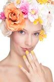 Muchacha feliz con las flores en la pista Imagenes de archivo