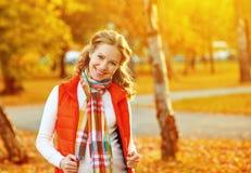 Muchacha feliz con las hojas de otoño en paseo Fotos de archivo