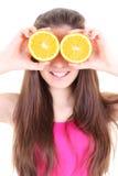 Muchacha feliz con las naranjas en lugar de otro sus ojos Fotos de archivo