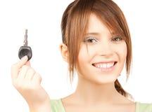 Muchacha feliz con llave del coche Imágenes de archivo libres de regalías