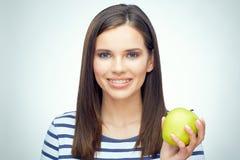 Muchacha feliz con los apoyos dentales que sostienen la manzana verde Imágenes de archivo libres de regalías