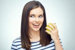 Muchacha feliz con los apoyos dentales que sostienen la manzana verde Fotografía de archivo