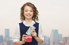 Muchacha feliz con los billetes del monedero y Fotos de archivo libres de regalías