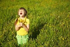 Muchacha feliz con los dientes de león Imagen de archivo libre de regalías