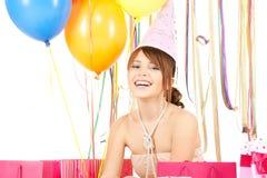 Muchacha feliz con los globos del color y los bolsos del regalo Imagenes de archivo