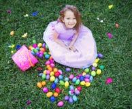 Muchacha feliz con los huevos de Pascua Fotos de archivo libres de regalías