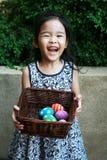 Muchacha feliz con los huevos de Pascua coloridos Imagenes de archivo