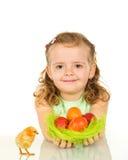 Muchacha feliz con los huevos y el pollo de Pascua Imagen de archivo