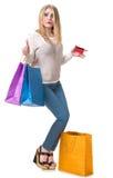 Muchacha feliz con los panieres y la tarjeta de crédito Imagen de archivo libre de regalías