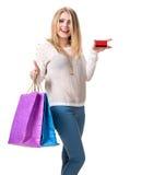 Muchacha feliz con los panieres y la tarjeta de crédito Fotos de archivo libres de regalías