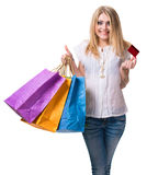 Muchacha feliz con los panieres y la tarjeta de crédito Imágenes de archivo libres de regalías